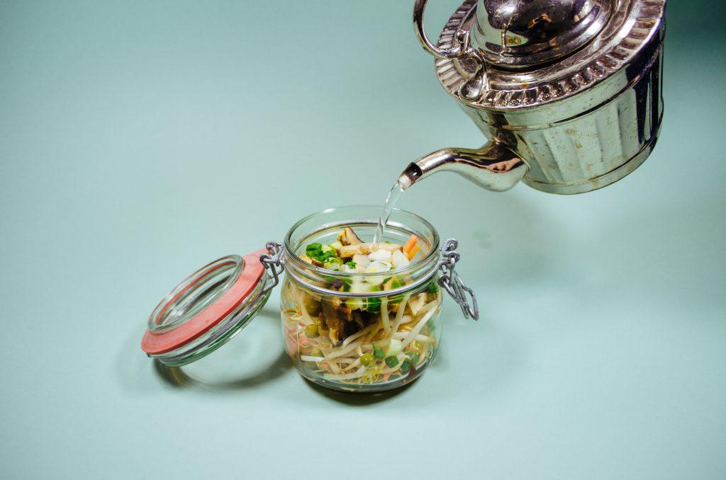 Suppe im Glas mit Wasser aufgießen