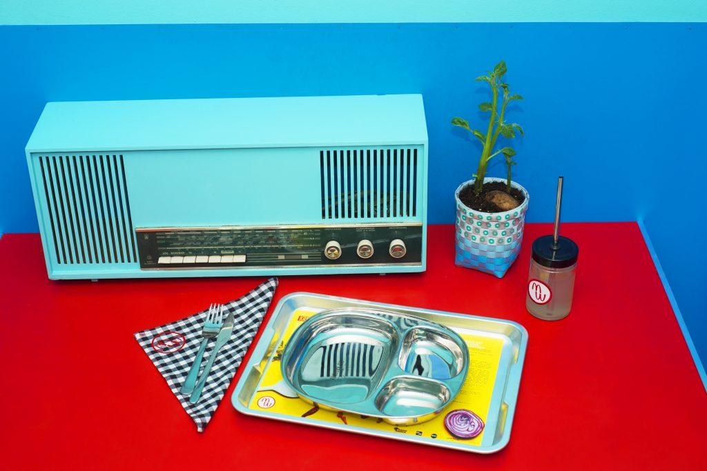 Radio und Essenstablett