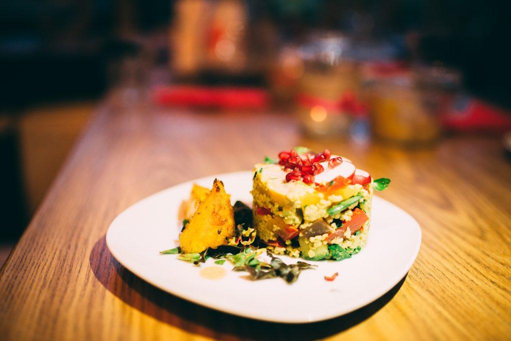 Bulgursalat mit Granatapfelkernen und Gurke.