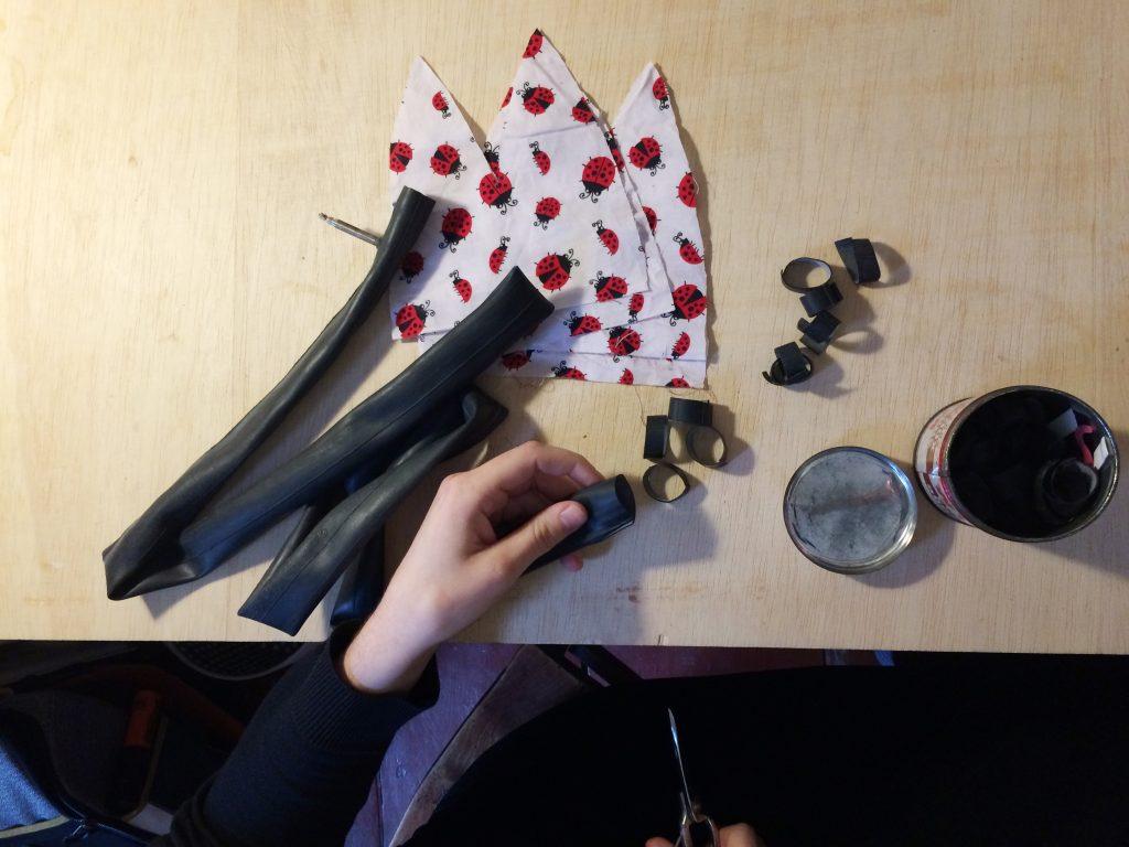 Aus Fahrradschläuchen scheidet sie den Gummi für die Mützen.