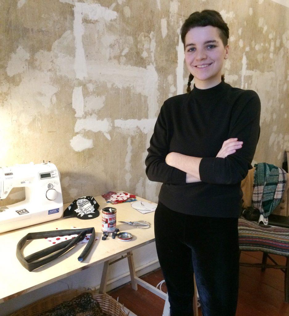 Tatjana Neu in ihrem Zimmer - hier entstehen die Rennradcaps aus Müll.