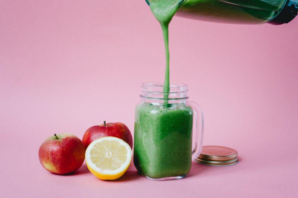 Darin schmeckt der grüne Smoothie besonders gut: im Henkelglas.