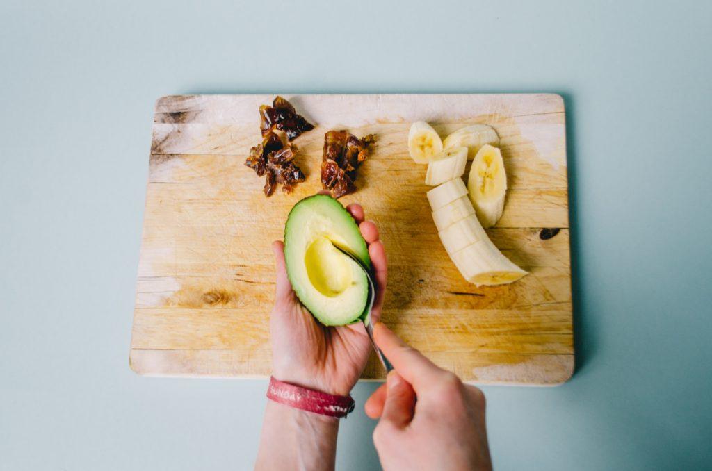 Datteln und Banane schneiden, Avocado aus der Schale lösen.