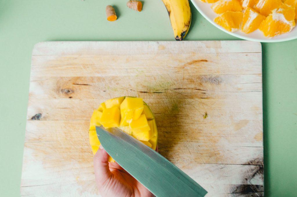 Wenn die Mango in Gittern geschnitten ist, kann sie leichter herausgelöst werden.